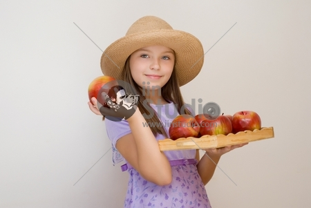 The girl in a hat with apples