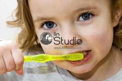 kid brushing teeth